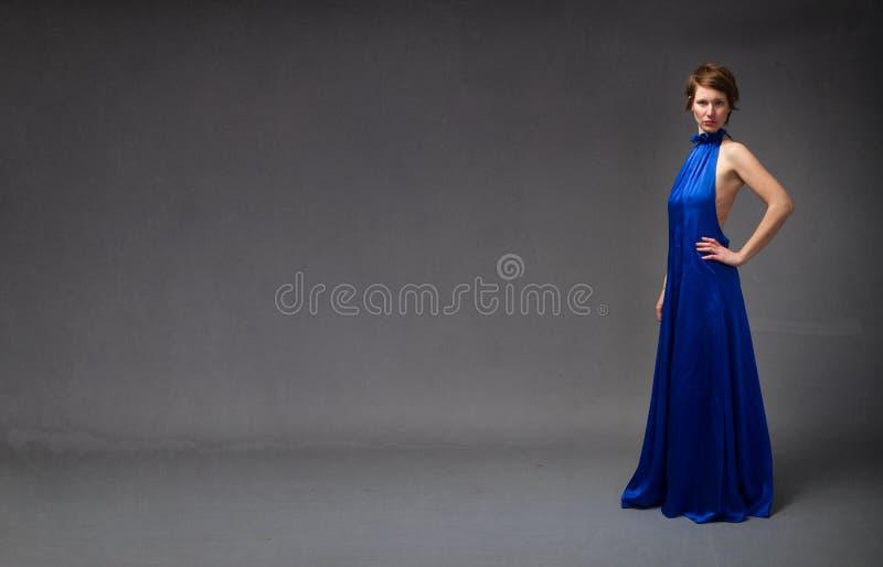 在蓝色电礼服的时兴的模型 免版税图库摄影