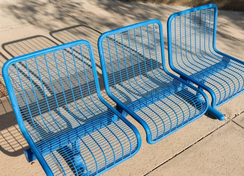 在蓝色的公开边路长凳 库存照片