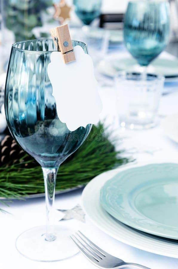 在蓝色的圣诞晚餐设置 免版税库存照片