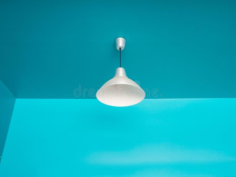 在蓝色的天花板灯 库存照片