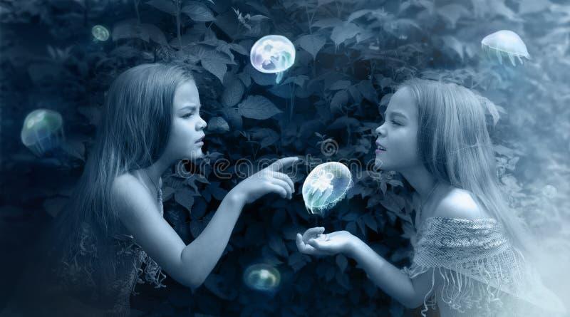 在蓝色的照片操作与女孩和水母 库存照片