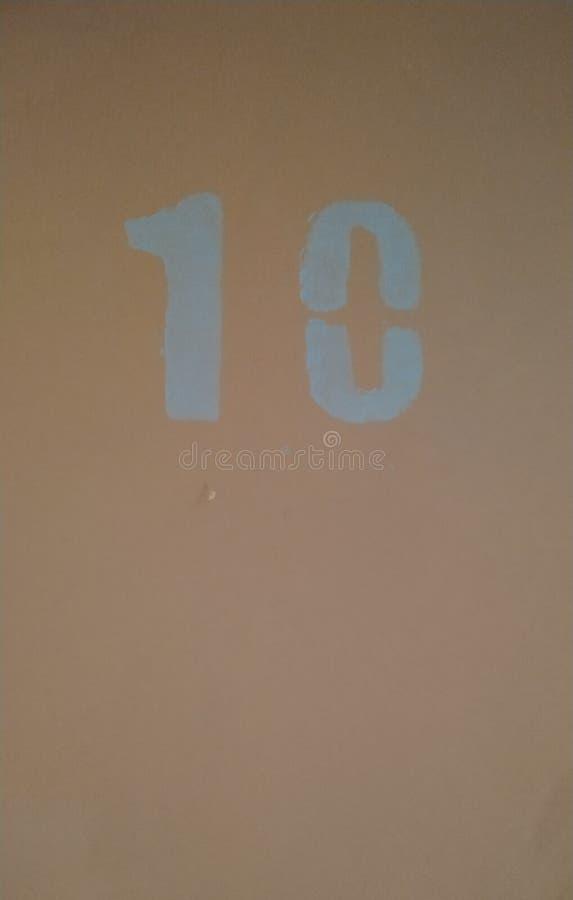 在蓝色的第10在桃红色墙壁上 r r 库存图片