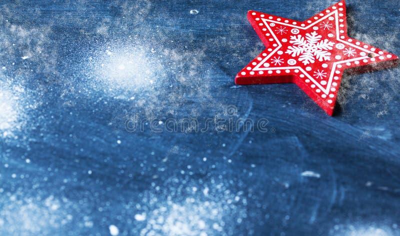 在蓝色的红色圣诞节装饰与雪 库存图片