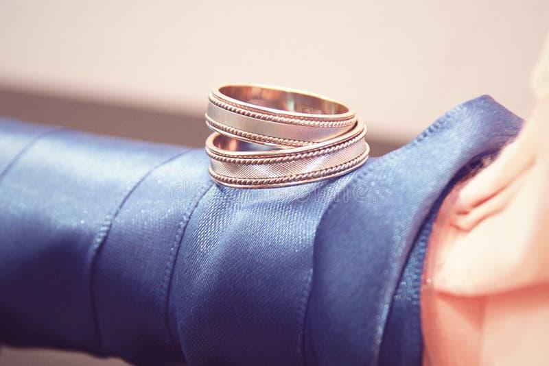 在蓝色的结婚戒指 免版税库存照片
