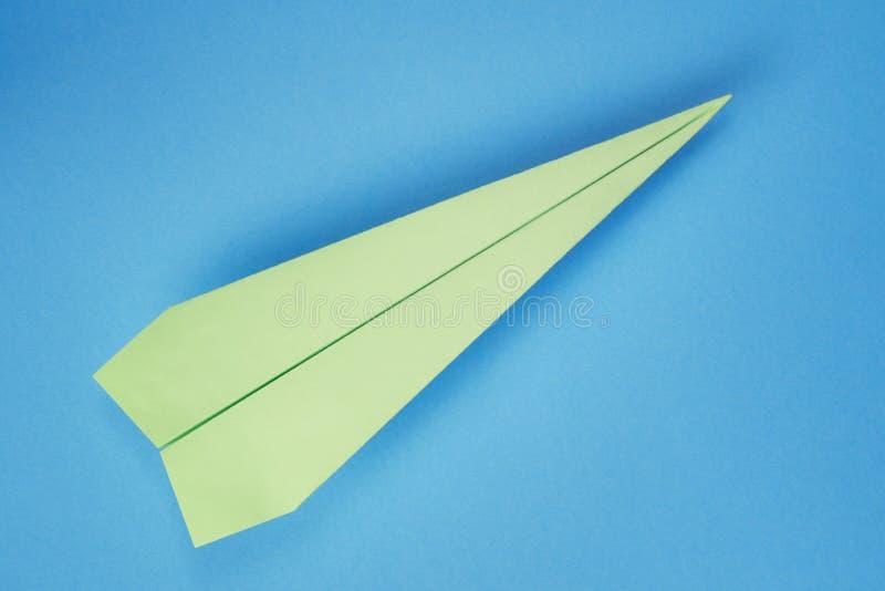 在蓝色的绿皮书飞机 免版税库存图片
