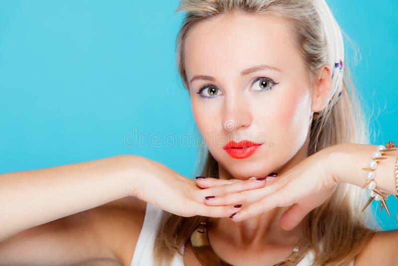 在蓝色的画象美丽的白肤金发的妇女画报女孩减速火箭的样式 库存图片