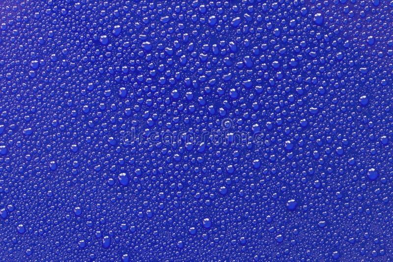 水滴在蓝色的 免版税图库摄影