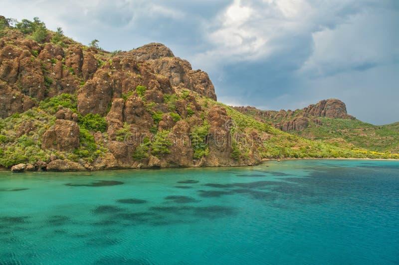 在蓝色盐水湖的美好的岩层在风暴日 库存照片