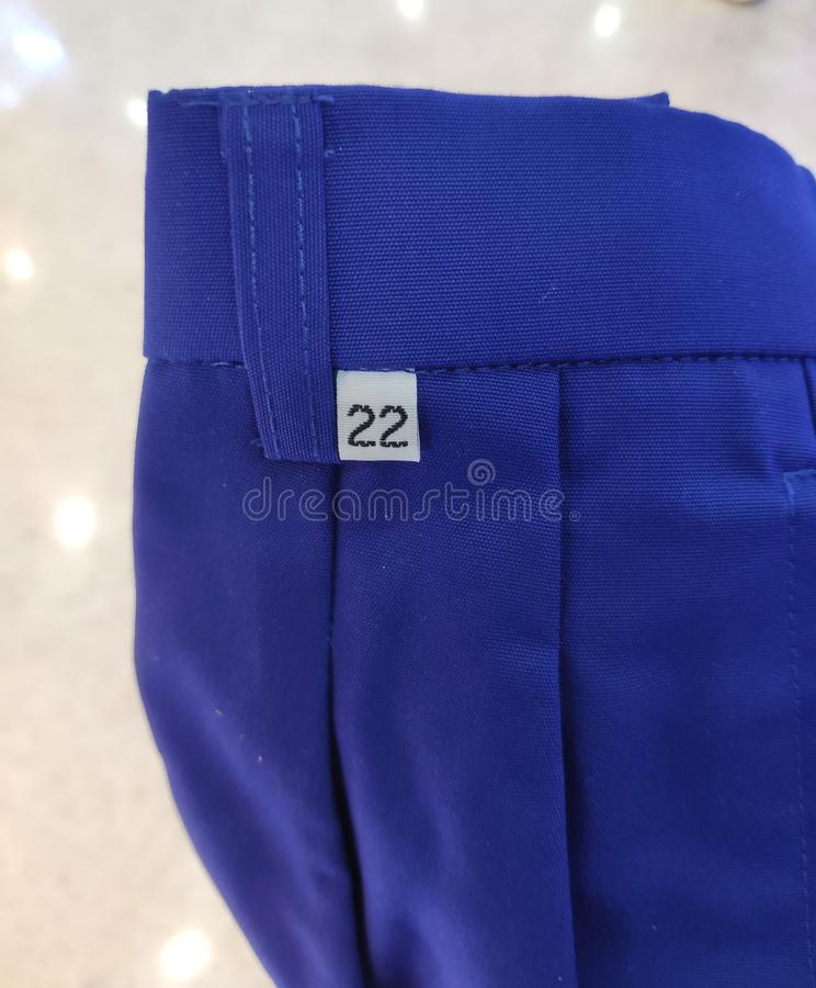 在蓝色短裤的大小标签 库存图片