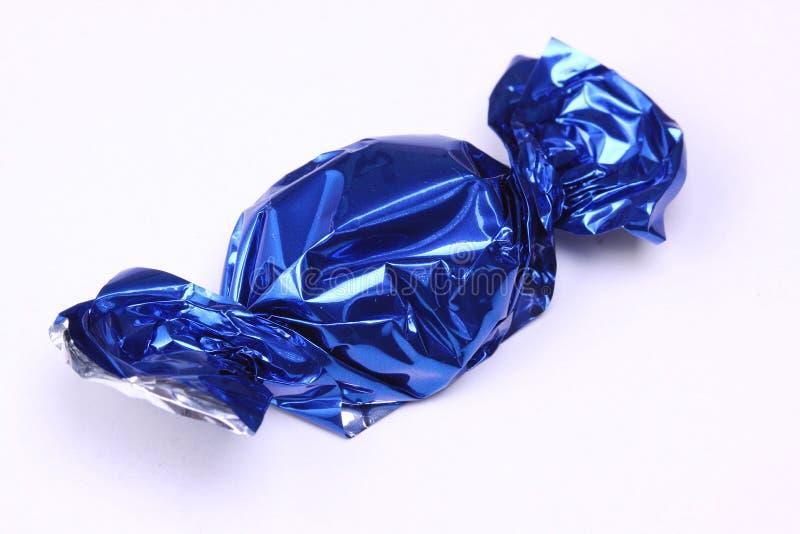 在蓝色箔包裹的糖果 免版税库存图片