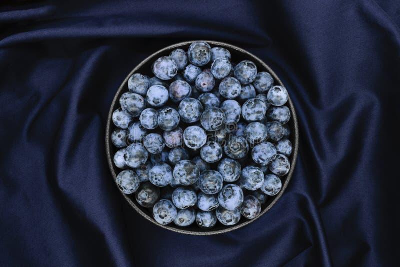 在蓝色织品背景的蓝莓 图库摄影