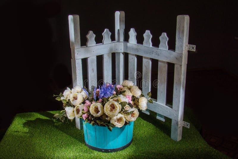 在蓝色罐的美丽的花 免版税库存照片