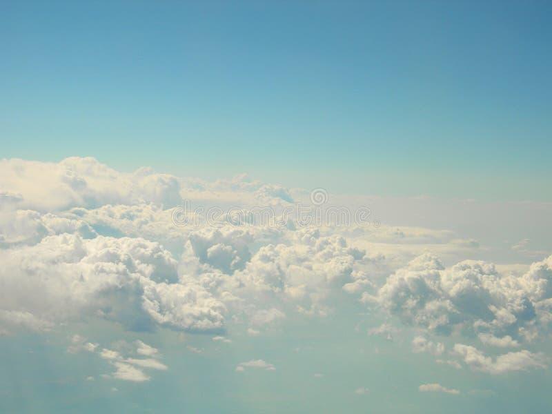 在蓝色美妙的天空的白色云彩 库存图片