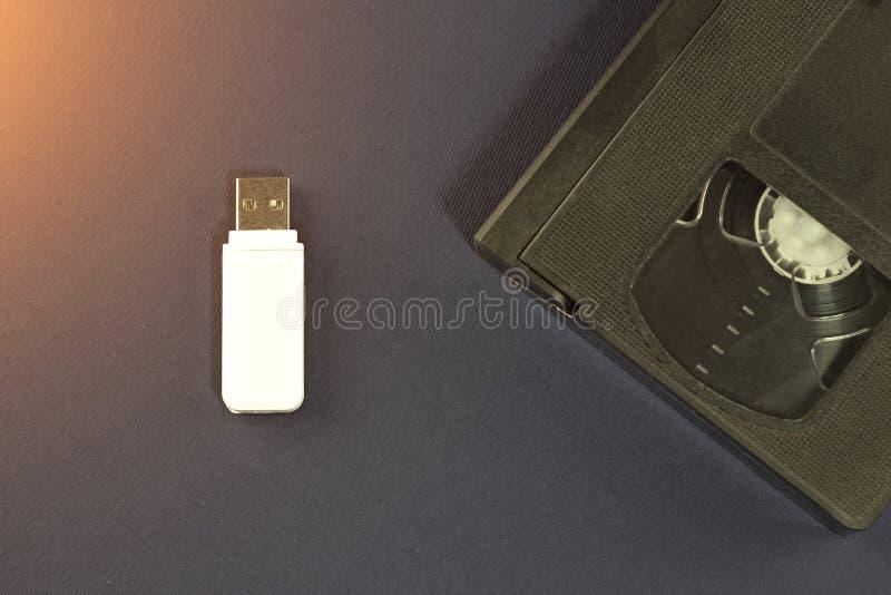 在蓝色背景和录象带, usb的白色一刹那驱动 免版税库存照片