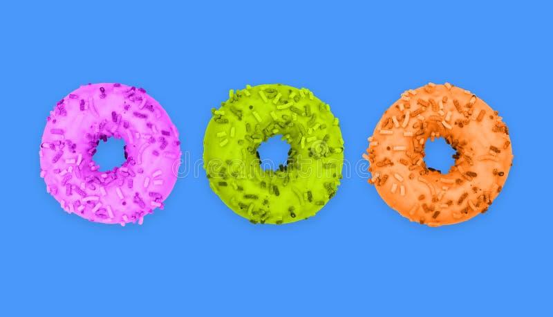 在蓝色背景的三个多彩多姿的油炸圈饼 在结冰的甜油炸圈饼 早餐菜单的,咖啡馆,面包店设计 r 免版税库存照片