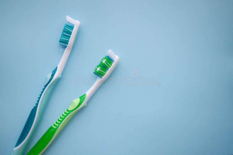 在蓝色背景的两把牙刷 免版税图库摄影