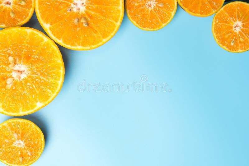 在蓝色背景的切的橙色果子 库存照片