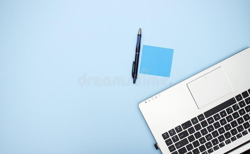 在蓝色背景的办公用品 库存图片