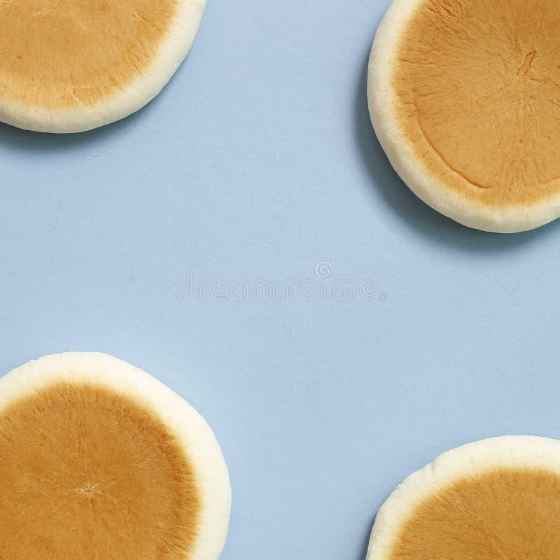 在蓝色背景的圆的面包 免版税库存照片