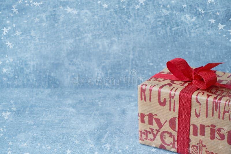 在蓝色背景的圣诞节纸包裹的礼物盒 复制空间 库存图片