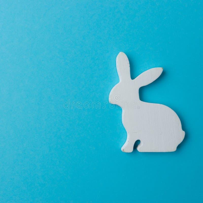 在蓝色背景的复活节兔子装饰 最小的复活节概念 库存图片