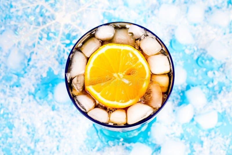 在蓝色背景的夏天饮料 免版税库存图片