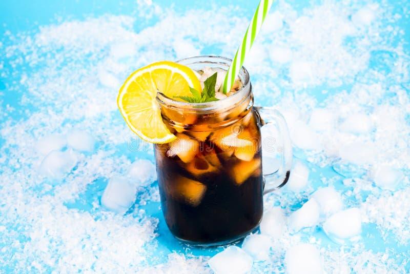 在蓝色背景的夏天饮料 免版税库存照片