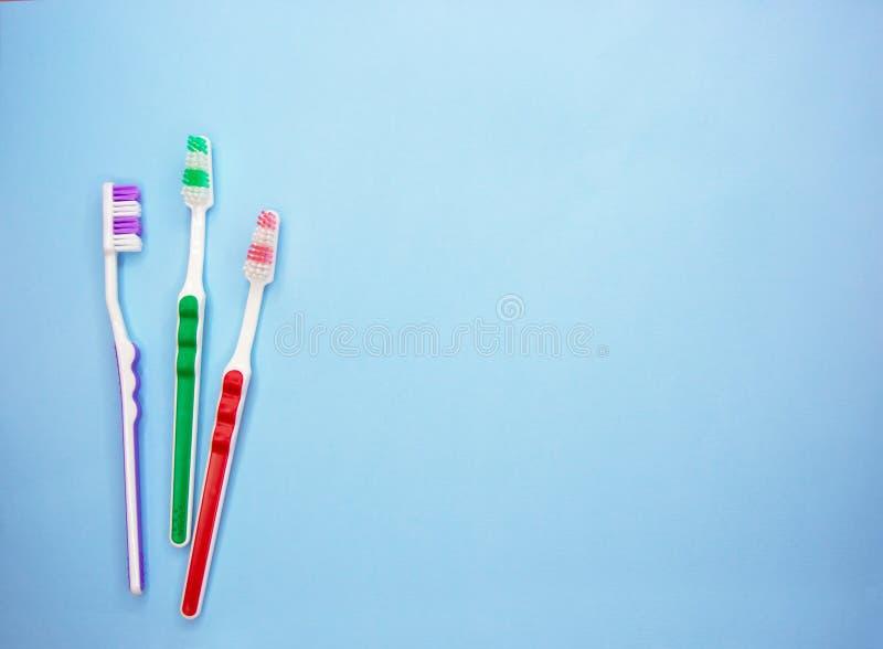 在蓝色背景的多彩多姿的牙刷与拷贝空间 库存图片