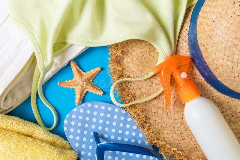 在蓝色背景的妇女夏天成套装备顶视图 时尚假期概念 免版税库存图片