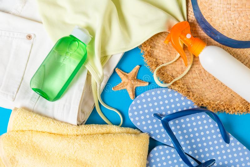 在蓝色背景的妇女夏天成套装备顶视图 时尚假期概念 库存照片
