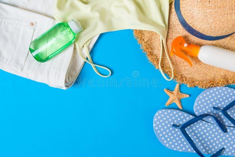 在蓝色背景的妇女夏天成套装备顶视图 时尚假期概念 库存图片