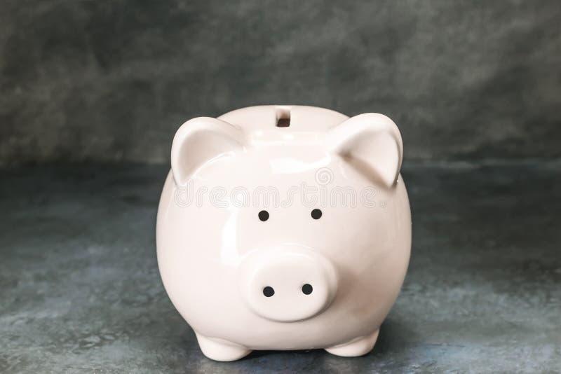 在蓝色背景的存钱罐金钱 库存照片