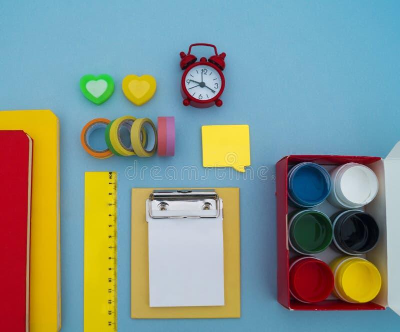 在蓝色背景的学校用品 回到学校 幼稚园 免版税库存图片