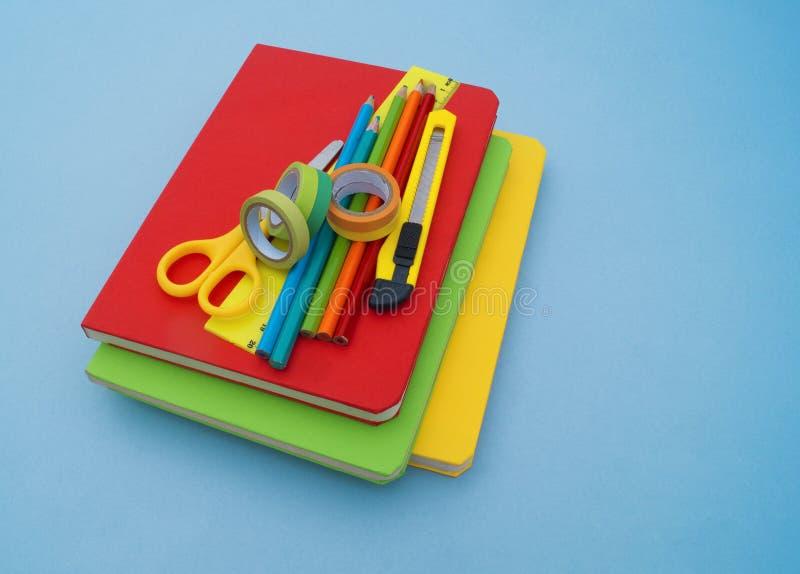 在蓝色背景的学校用品 回到学校 幼稚园 免版税库存照片