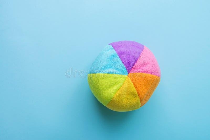 在蓝色背景的孩子玩具小长毛绒多彩多姿的纺织品软的球 横幅占位符慈善托儿所医院童年 库存图片