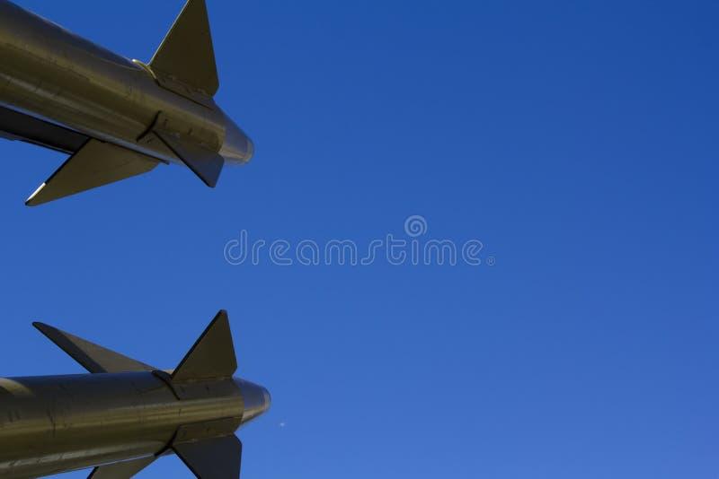 在蓝色背景的导弹 库存图片