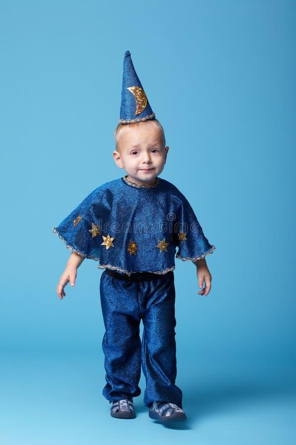 在蓝色背景的小的魔术师画象 免版税图库摄影