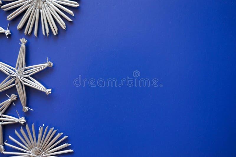 在蓝色背景的新年` s灰色玩具 免版税库存照片