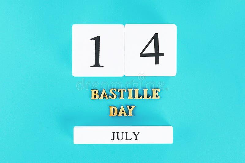 在蓝色背景的木日历 假日的概念是天7月14日,监狱的 免版税库存照片