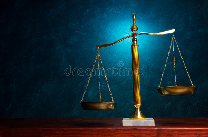 在蓝色背景的正义标度 图库摄影