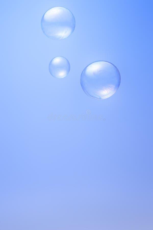 在蓝色背景的泡影 免版税库存照片
