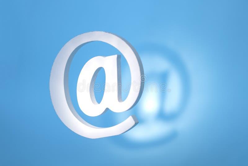 在蓝色背景的浮动电子邮件标志与真正的阴影 免版税图库摄影