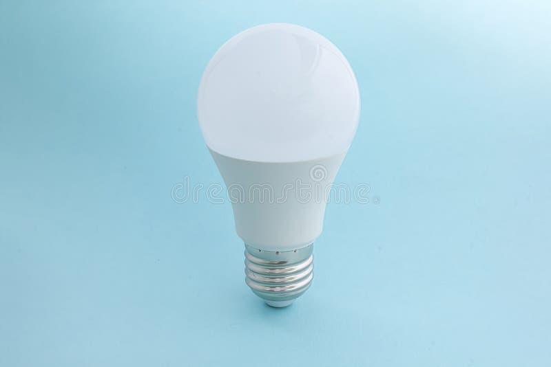 在蓝色背景的电灯泡 免版税图库摄影