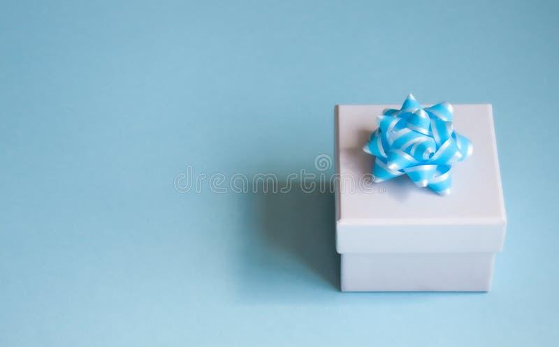 在蓝色背景的礼物盒 免版税库存图片