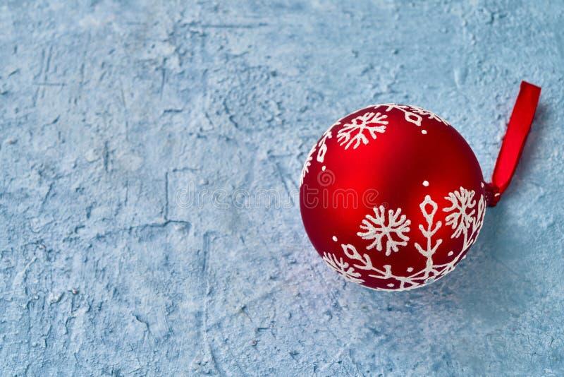 在蓝色背景的红色圣诞节装饰品 复制空间 免版税库存图片