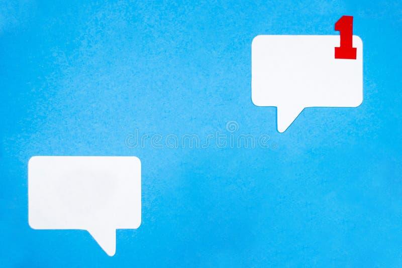 在蓝色背景的纸讲话泡影概念 社会媒介闲谈概念 库存图片
