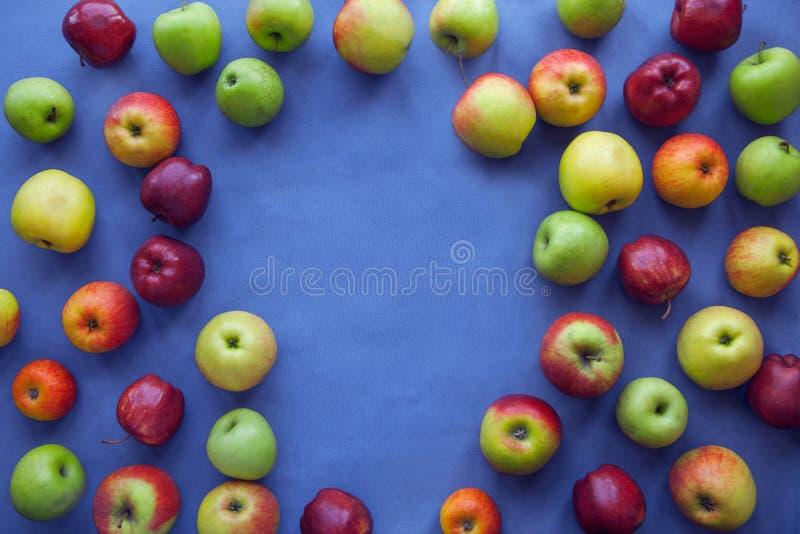 在蓝色背景的苹果计算机 免版税库存图片
