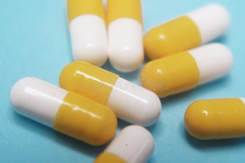 在蓝色背景的药片 被分类的配药医学药片、片剂和胶囊,健康宏指令 各种各样的药片堆  免版税库存图片