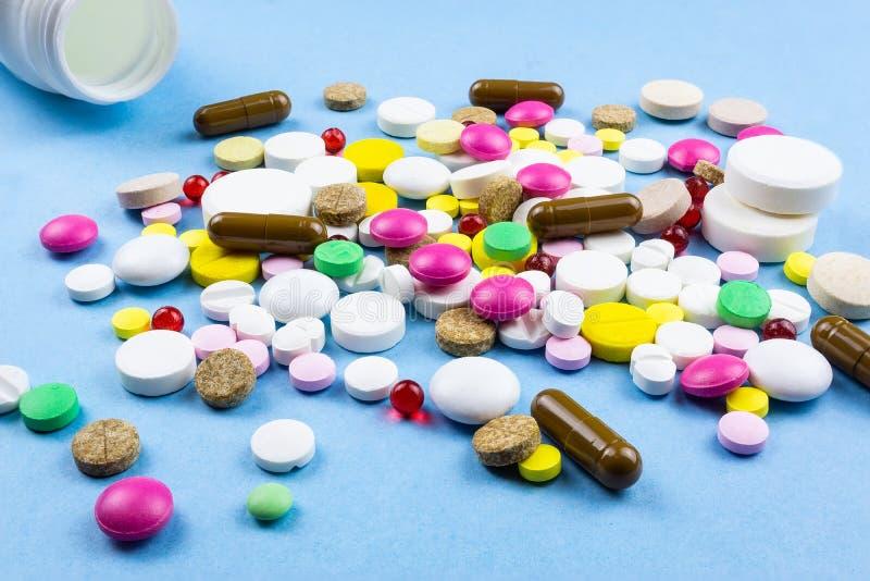 在蓝色背景的药片 库存照片