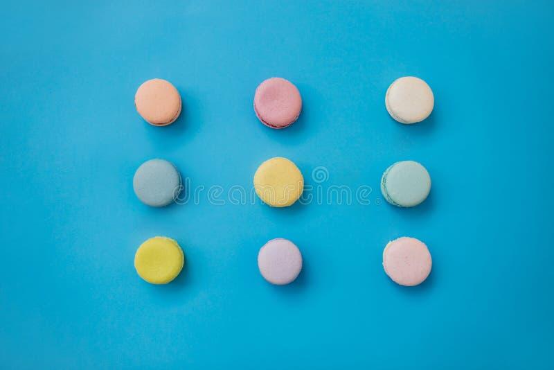 在蓝色背景的蛋白杏仁饼干 r 免版税库存照片